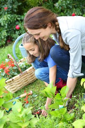 mere et fille plantant dans jardin-toxoplasmose