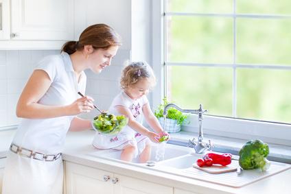 mere et fille preparant des legumes dans l'evier-toxoplasmose