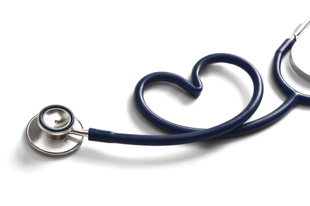 stethoscope formant un coeur-maladies cardiaques